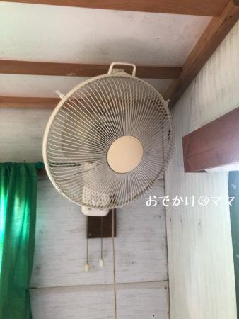 大野路ファミリーキャンプ場のトレーラーハウス内の扇風機